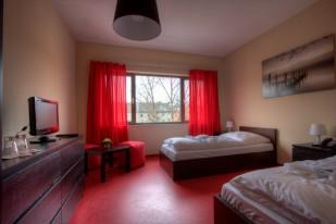 Das Einzelzimmer ist mit Telefon, Fernseher,  WLan eingerichtet.