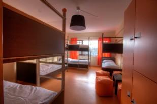 Ein Zimmer mit 8 Betten, WC und Dusche